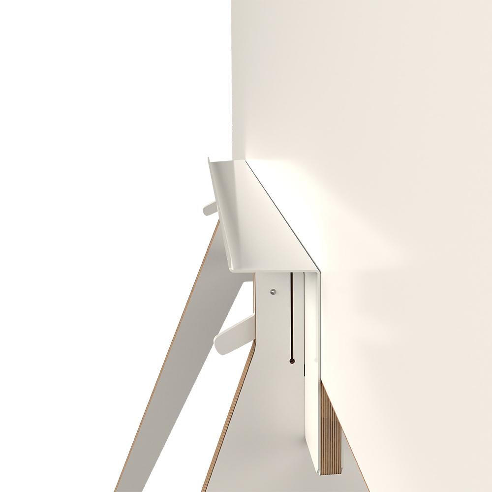 Ein modernes Whiteboard auf Rollen und mit Korkrand von vorne