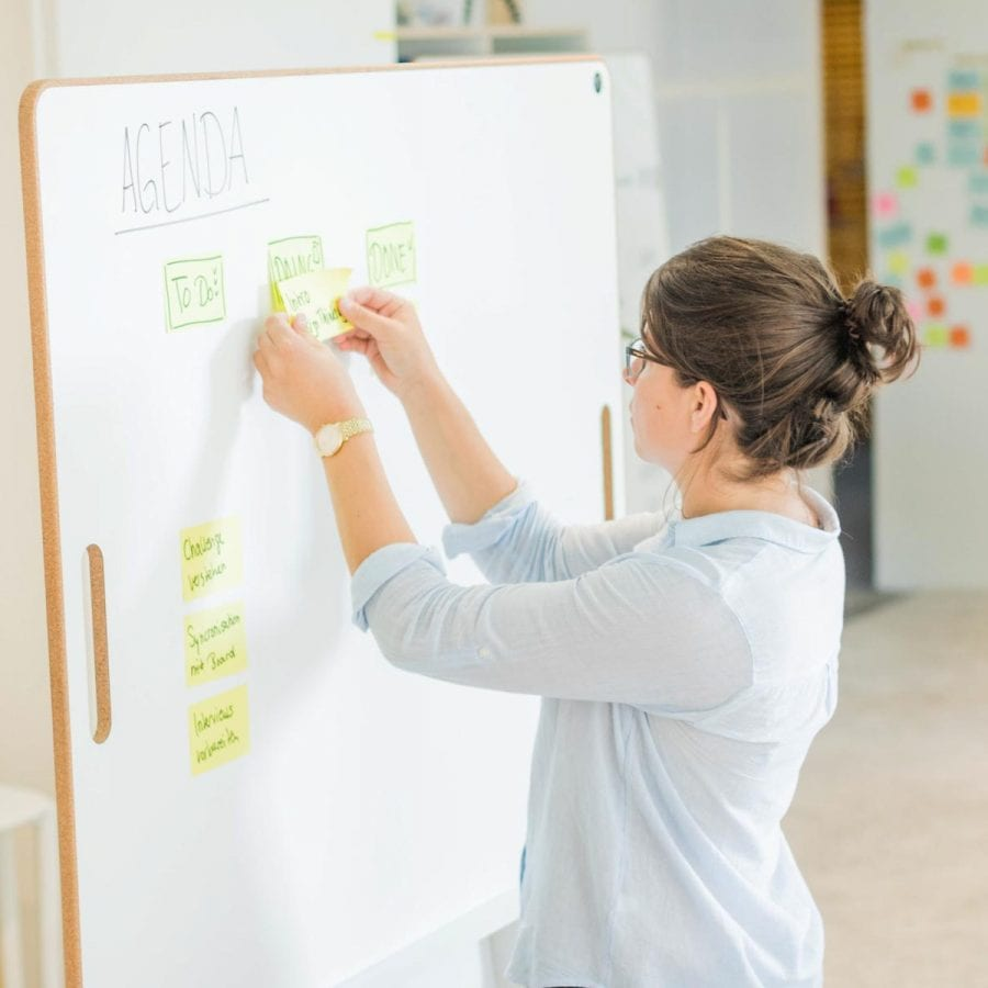 Miriam Soltwedel beklebt ein Whiteboard mit Post-its