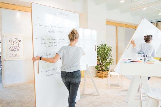 Frau trägt ultraleichtes BigBoard durch den Workshopspace