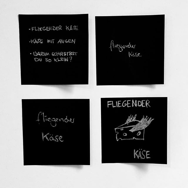 4 schwarze post-its an Board