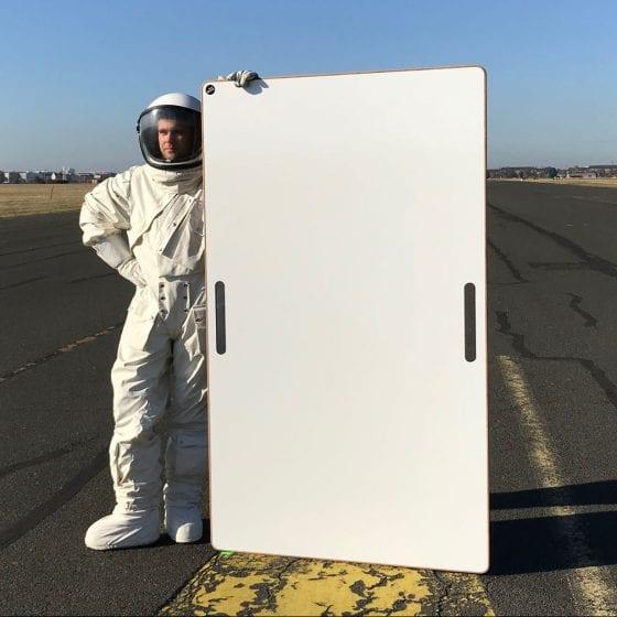 Das BigBoard wird von einem Astronauten auf dem Tempelhofer Feld präsentiert