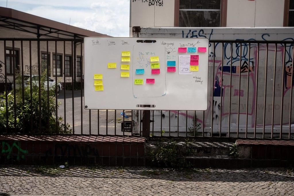 Großes Whiteboard an einem Zaun mit Post-its