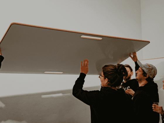 Design-Whiteboard wird getragen