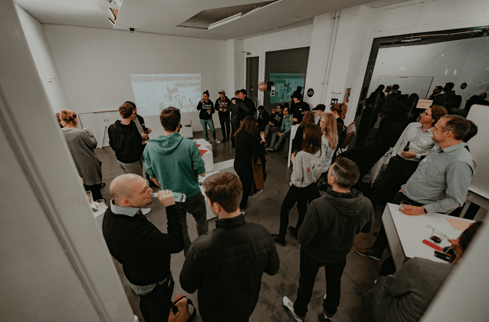 Besucher des space3000 events mit designwhiteboards