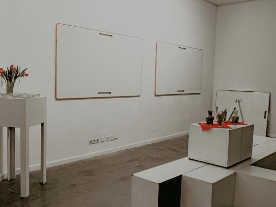 2 BigBoards hängen nebeneinander an einer weißen Wand beim Launchevent