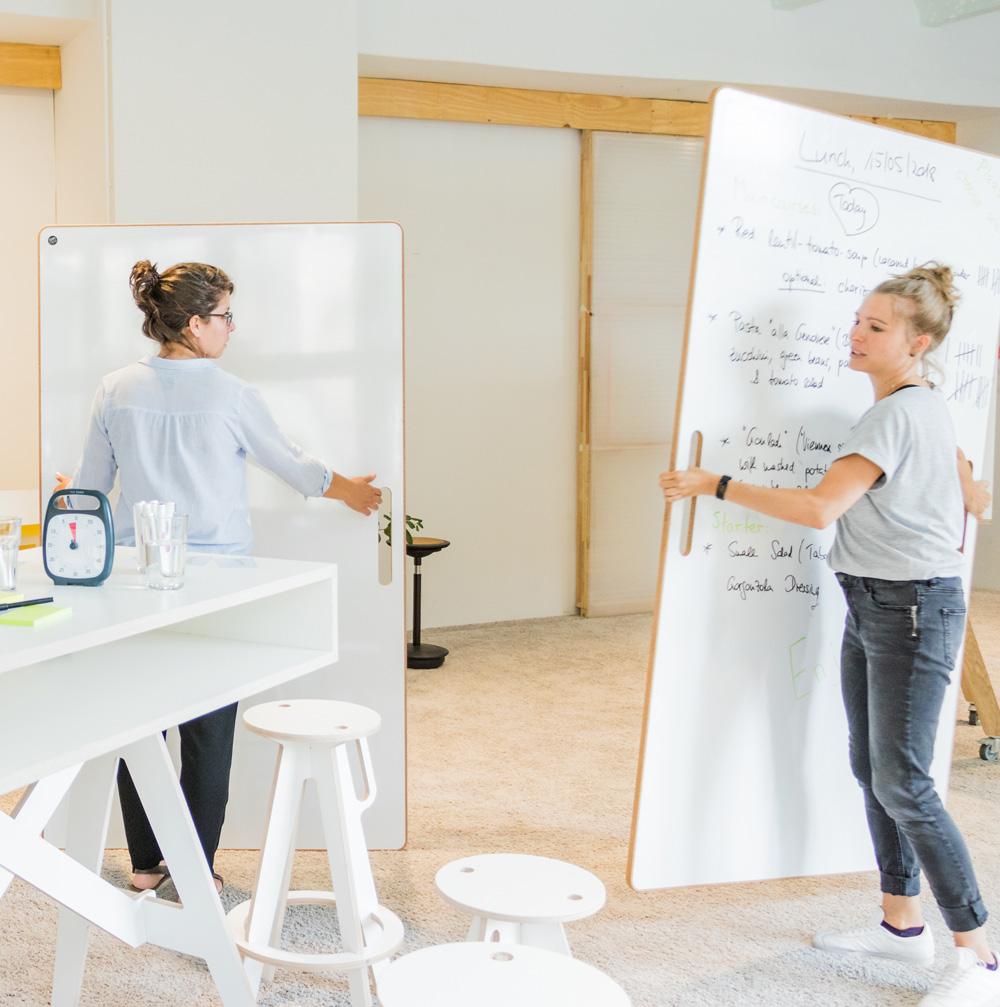 Zwei Whiteboards werden durch einen Workspace getragen.