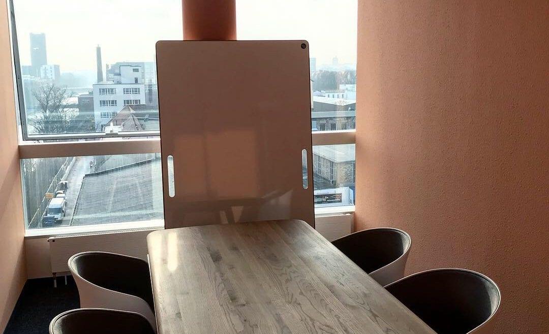BigBoard Design-Whiteboard in einem Büro ans Fenster gelehnt