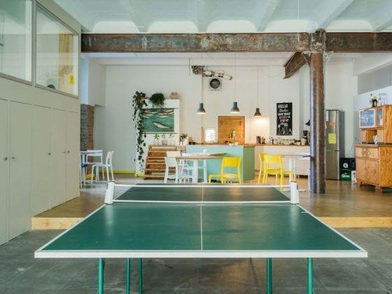 Büroküche mit Tischtennisplatte