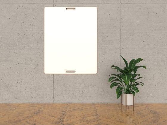 Design-Whiteboard an der Wand mit Pflanze