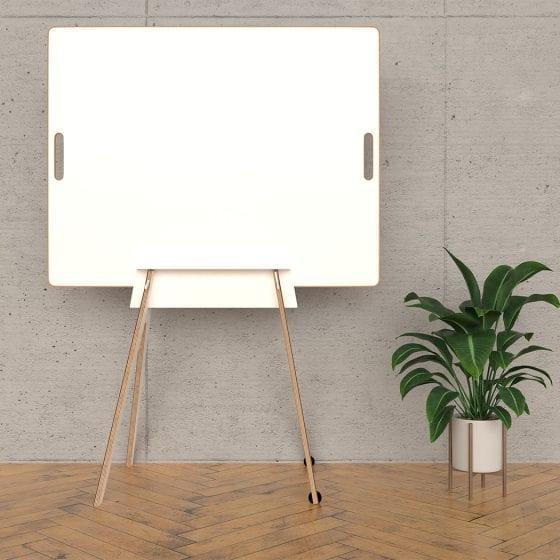Design-Whiteboard in Gestell mit Pflanze