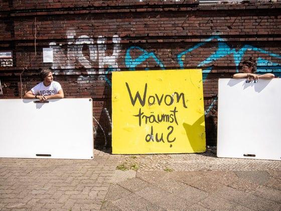 Zwei Hipster unterwegs in Berlin mit zwei Design Whiteboards