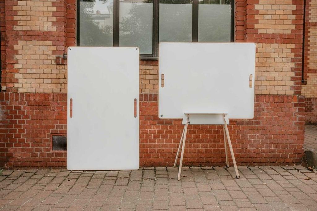 Zwei Design Whiteboards stehen vor einer Klinkerwand