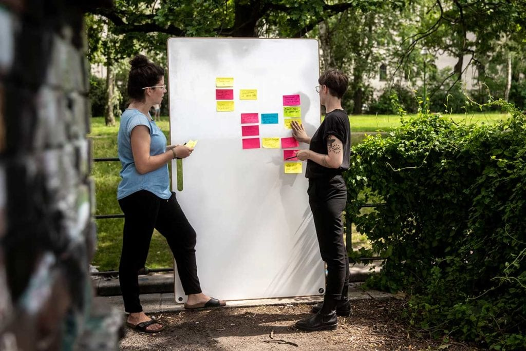 Zwie Frauen arbeiten an einem Whiteboard