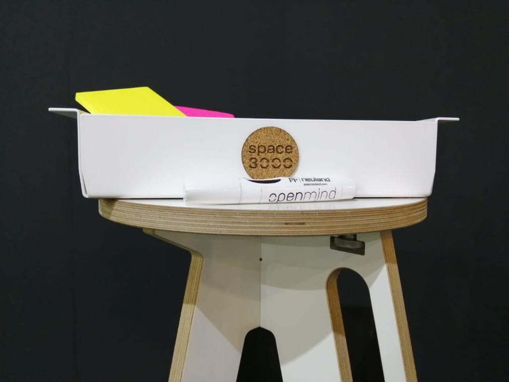 Kiste für Workshopbedarf wie Stifte und Post-its
