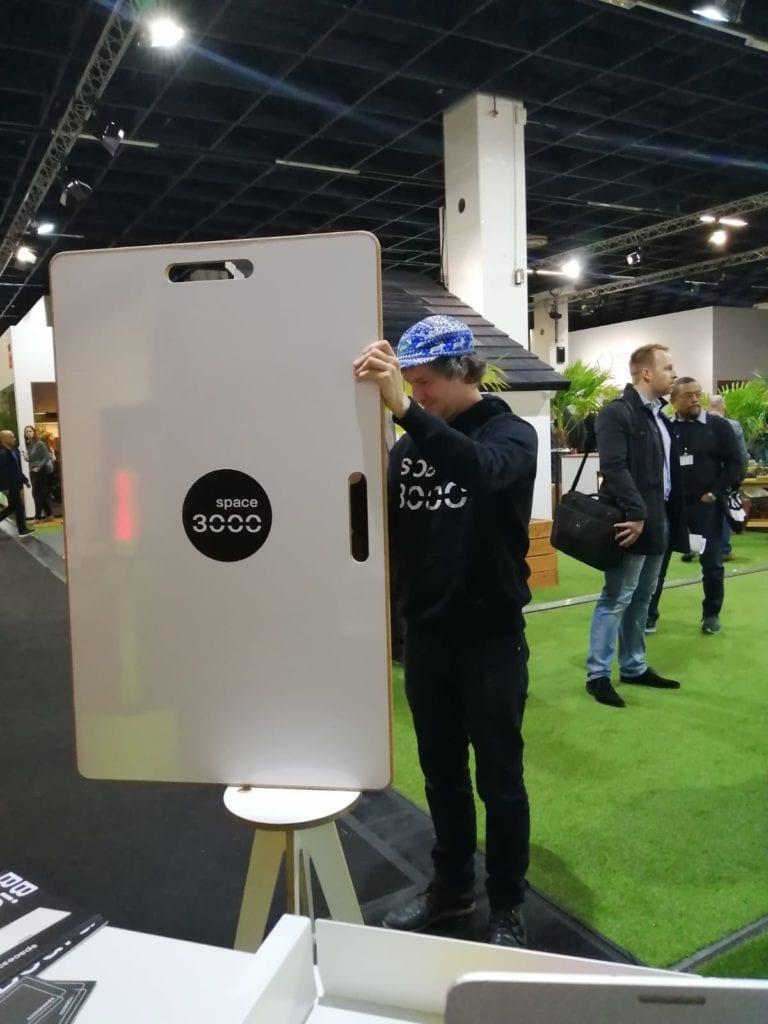 Ein mobiles Whiteboard wird in einen Ständer eingehakt
