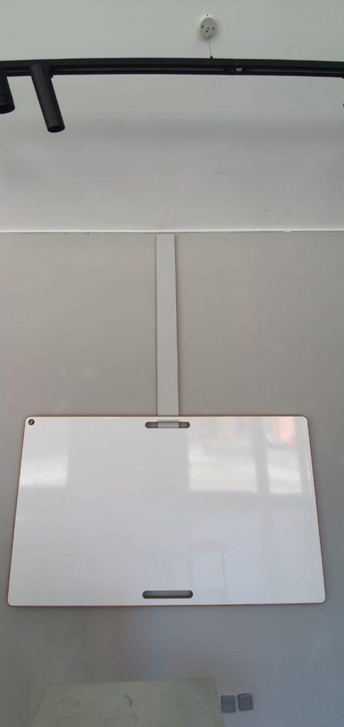 Whiteboard hängend an Galerieleisten